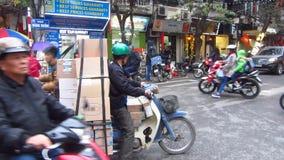 Le trafic sur un carrefour à Hanoï banque de vidéos