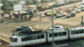Le trafic urbain, variation d'inclinaison à Bucarest banque de vidéos