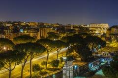 Le trafic vers le Colosseum à Rome, Italie Photos stock