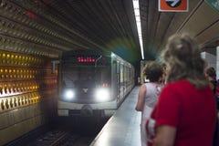 Le train à grande vitesse arrive à la station de métro Photographie stock libre de droits