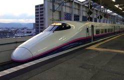 Le train à grande vitesse est à la gare ferroviaire de Fukushima Photographie stock libre de droits
