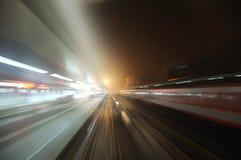 Le train électrique chinois a coupé à travers la gare Photos libres de droits