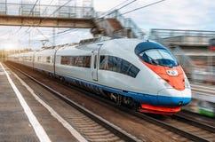 Le train électrique conduit à la grande vitesse à la station Photo stock