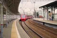Le train électrique d'aeroexpress d'ED4MKM-AERO arrive à la plate-forme de la station biélorusse Photographie stock libre de droits