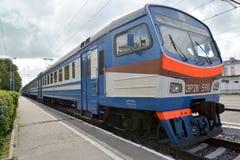 Le train électrique de la série ER2K-590 coûte à la plate-forme de désert Photos stock