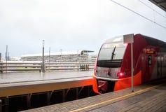 Le train électrique de Lastochka ferroviaire russe se tient à la station pl Photographie stock libre de droits