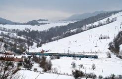 Le train électrique local passe les Carpathiens Photo stock