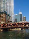 Le train élevé par Chicago Images libres de droits