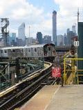 Le train 7 arrive à la plaza de Queensboro, New York Photos stock