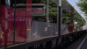 Le train arrive à la station clips vidéos