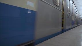 Le train arrive à la station dans le souterrain banque de vidéos