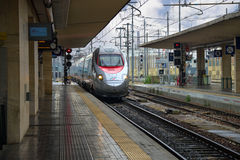 Le train arrive à la station de Bologna en Italie Photographie stock libre de droits