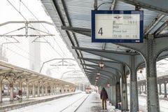 Le train arrive pendant les chutes de neige lourdes dans la gare ferroviaire de nord de Bucarest Photos libres de droits