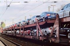 Le train avec des véhicules - automobile Photo stock