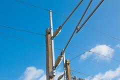 Le train dépiste le poteau de ligne électrique et de puissance Photos libres de droits