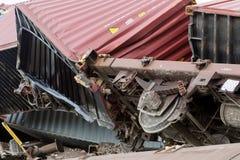 Le train déraillé donne des leçons particulières au site d'un accident de train à la GE Images stock