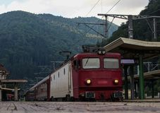 Le train d'Interregio est arrivé dans Sinaia Photo stock