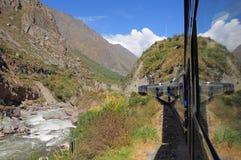 Le train d'Ollantaytambo va au pueblo de Machu Picchu. Photos libres de droits