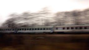 Le train dans le mouvement photo stock