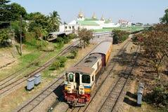 Le train de chemin de fer circulaire quitte à Yangon la gare ferroviaire centrale dedans Images libres de droits