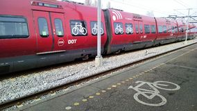 Le train de DSB au Danemark a des sièges de bicyclette disponibles Photos libres de droits