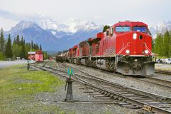 Le train de fret arrive à Banff Images stock