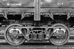 Le train de fret, roues de fer forment le plan rapproché, couleur noire et blanche photographie stock libre de droits