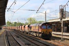 Le train de fret sur vers le bas des marchandises rayent la station de Preston Image stock