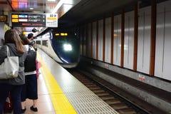Le train de Keisei Skyliner de Narita vers Tokyo Station d'aéroport de Narita japan Photographie stock libre de droits