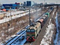 Le train de marchandises porte la cargaison sur la voie de chemin de fer. Image stock
