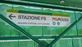 Le train de transfert de Pisamover entre l'aéroport et la station centrale de Pise - PISE ITALIE - 13 septembre 2017 Photo stock