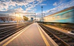 Le train de voyageurs à grande vitesse dans le mouvement sur la voie ferrée Photographie stock