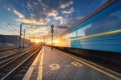 Le train de voyageurs à grande vitesse dans le mouvement sur la voie ferrée Photos stock