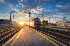 Le train de voyageurs à grande vitesse dans le mouvement sur la voie ferrée Image libre de droits