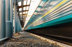 Le train de voyageurs à grande vitesse sur des voies avec l'effet de tache floue de mouvement images libres de droits