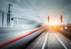 Le train de voyageurs à grande vitesse sur la voie ferrée dans le mouvement Photos stock