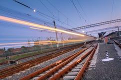 Le train de voyageurs à grande vitesse sur la voie ferrée dans le mouvement photos libres de droits