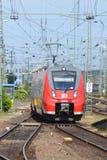 Le train de voyageurs électrique d'ÉMEU de DB allemand Photographie stock libre de droits