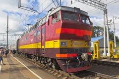 Le train de voyageurs avec la locomotive ChS4t-363 à la plate-forme de la gare ferroviaire Danilov, région de Yaroslavl Images libres de droits