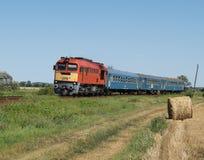 Le train de voyageurs avec la traction diesel Photos stock