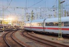 Le train de voyageurs blanc à grande vitesse sur la voie ferrée Photos libres de droits