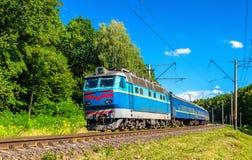 Le train de voyageurs dans la région de Kiev de l'Ukraine image libre de droits