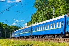 Le train de voyageurs dans la région de Kiev de l'Ukraine images libres de droits