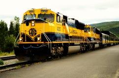 Le train de voyageurs de voie ferrée de l'Alaska photographie stock