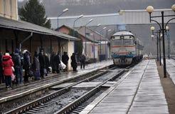 Le train de voyageurs diesel arrive à la station Images libres de droits