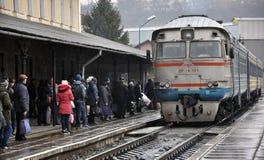 Le train de voyageurs diesel arrive à station_2 Image libre de droits