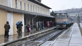 Le train de voyageurs diesel arrive à station_3 Images stock