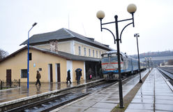 Le train de voyageurs diesel arrive à station_4 Photographie stock