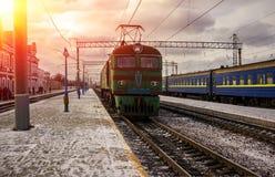Le train de voyageurs est allé de la plate-forme au soleil Image libre de droits