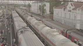 Le train de voyageurs de fond sur la petite station Uzunovo Promenade de personnes sur la plate-forme banque de vidéos